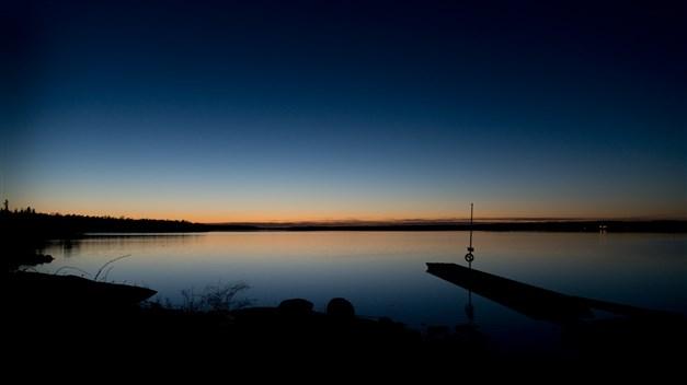 Solnedgång framför huset