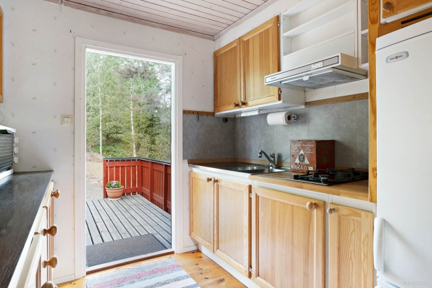 Kök med bardisk och utgång till altanen