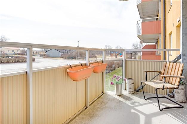 Stor balkong med fin utsikt.