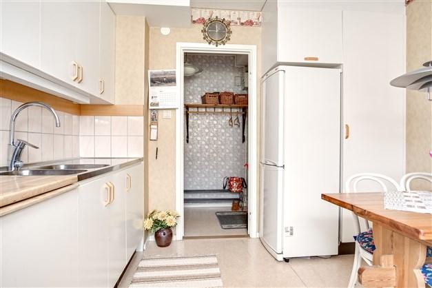 Ljust kök med vit inredning och plats för diskmaskin för den som önskar.