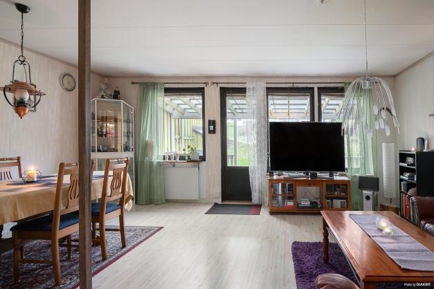 Ljust vardagsrum med utgång till altanen