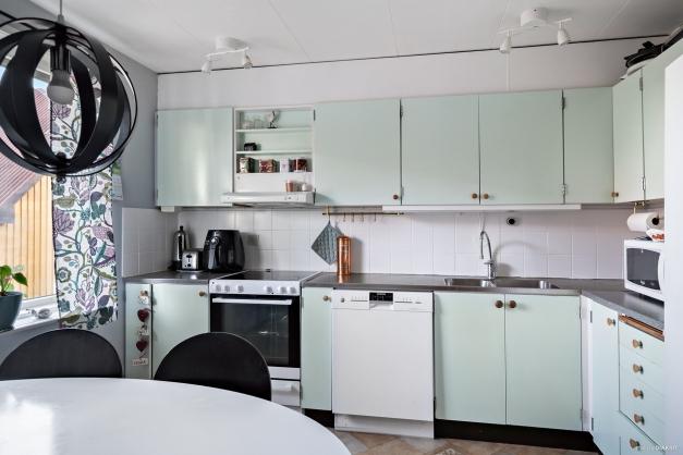 Köket har gott om förvaring i både över- och underskåp