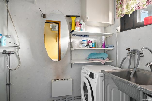 Tvättstuga med dusch på entréplan