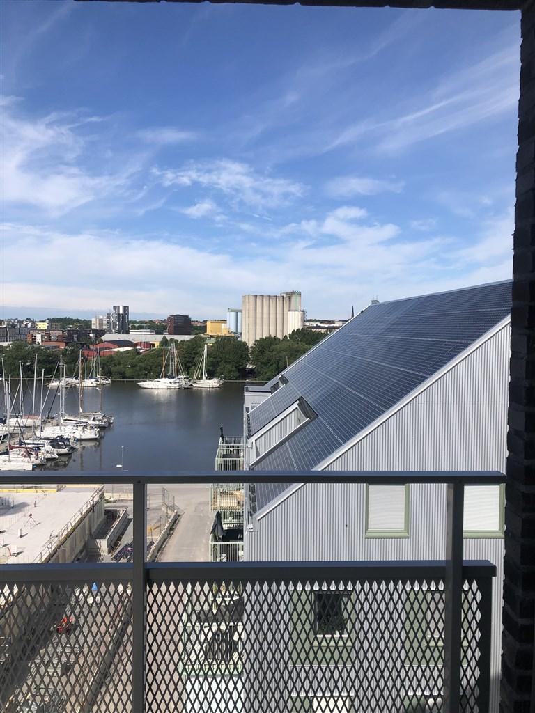 Utsikt från stora balkongen. Utsikten kommer påverkas när huset till vänster är färdigbyggt.