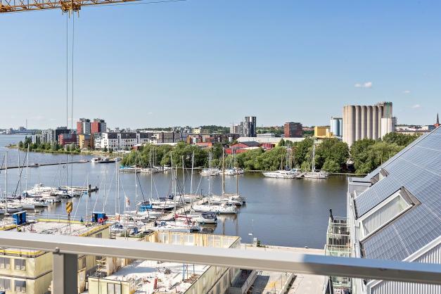 Utsikt från balkong. Utsikten kommer påverkas när huset till vänster är färdigbyggt.