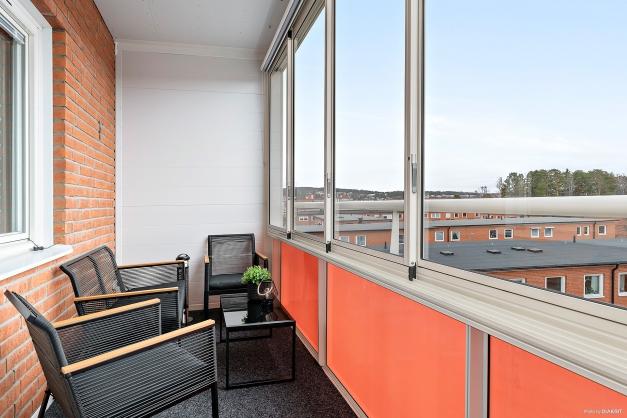 Rymlig inglasad balkong.