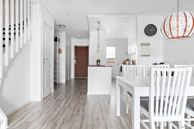 Öppen planlösning mellan kök och vardagsrum.