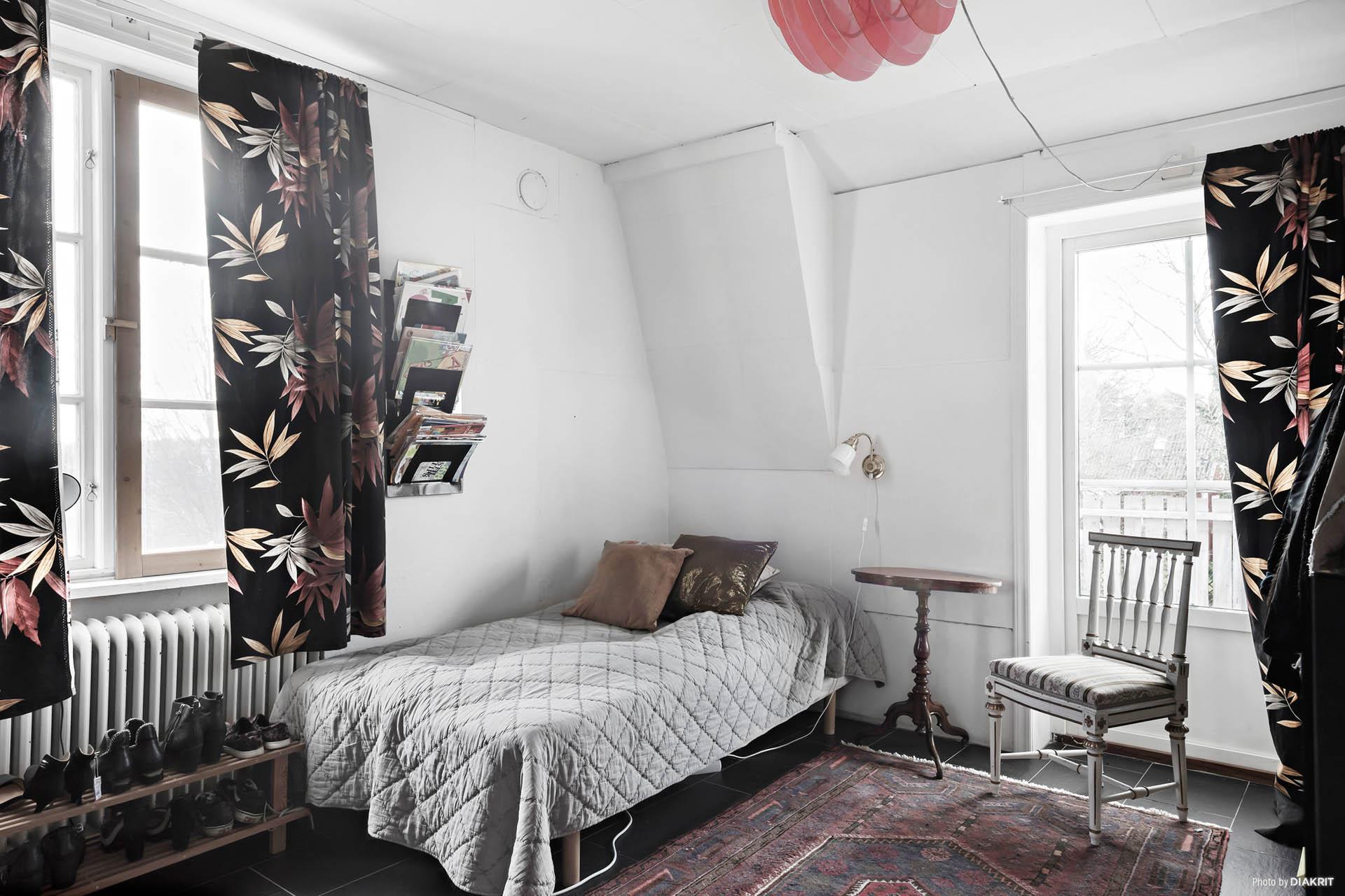 Sovrum 1 av 3 med utgång till en stor balkong.