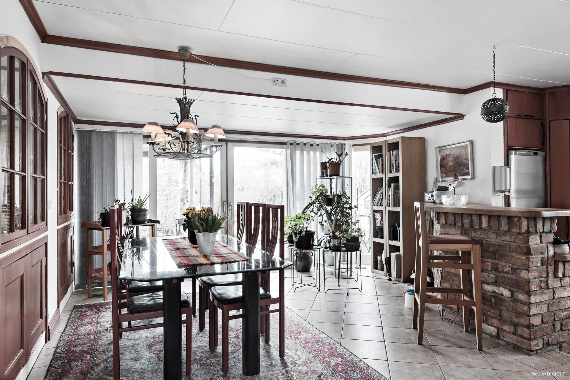 Stor plats för matbord med många middagsgäster.