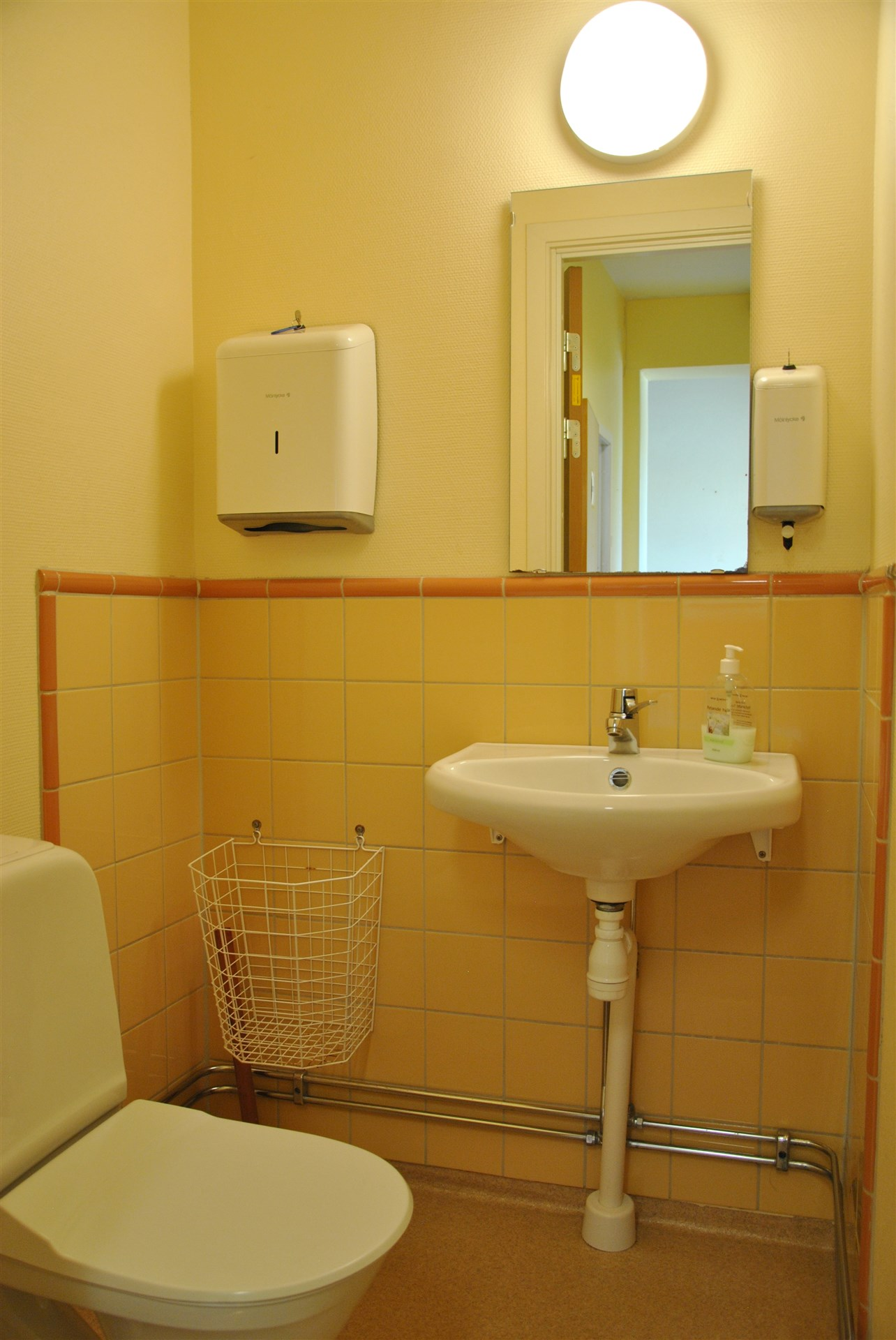 Toalett, vid kontorsdelen