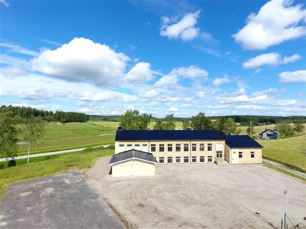 Byggnaden belägen på stor tomt om ca  7 000 m² och i vackert landskap