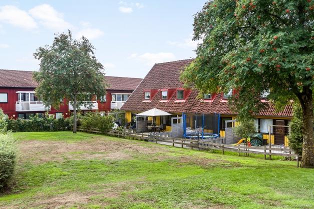 Trevlig baksida med grönområde och lekplats