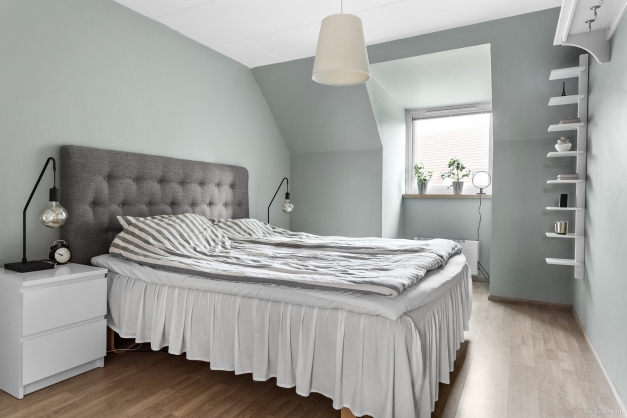 Sovrum med skön färg på väggarna.