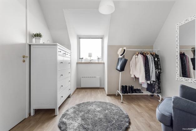Sovrum som idag används som walk in closet och har även en egen klädkammare.