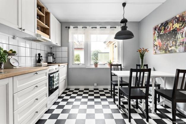 Snyggt kök med schackrutig matta på golvet