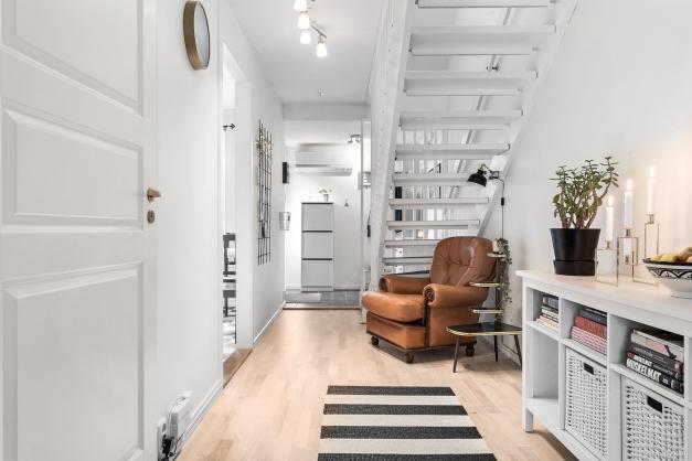 Ljus hall med trappa upp till andra våning