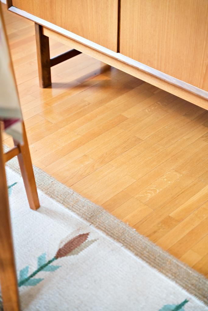 Detaljbild vardagsrums golv.