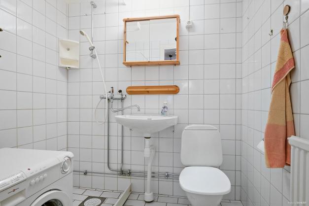 Ljust badrum med klinker och kakel i ljust.