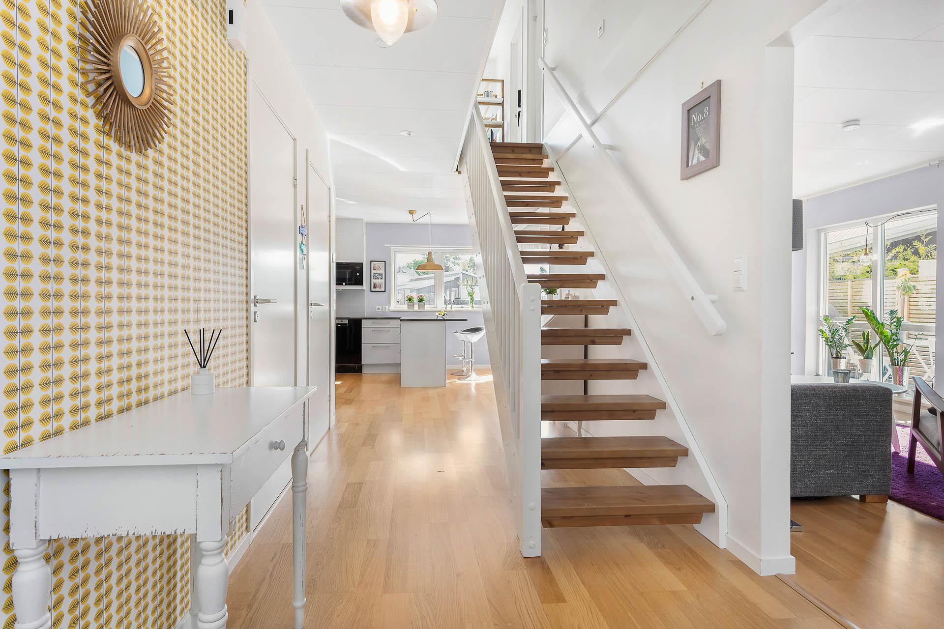 Hall med trapp upp till övre plan