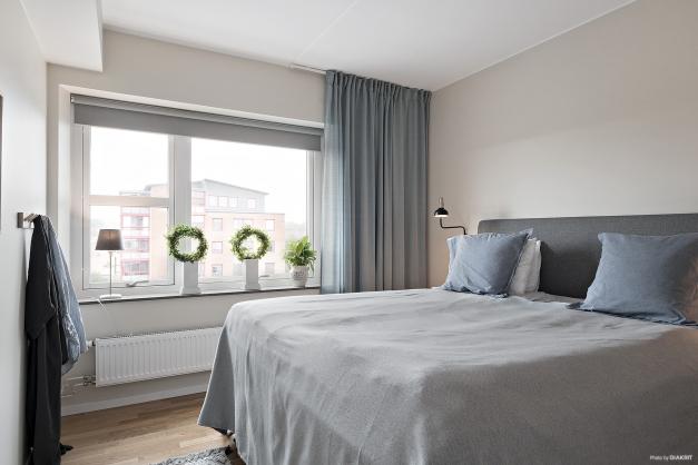 Det stora sovrummet med fint ljusinsläpp