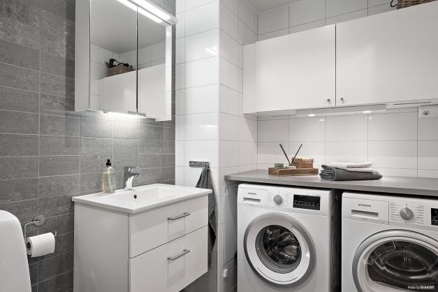 I det helkaklade badrummet finns även tvättmaskin, torktumlare, bra bänkyta och extra förvaring