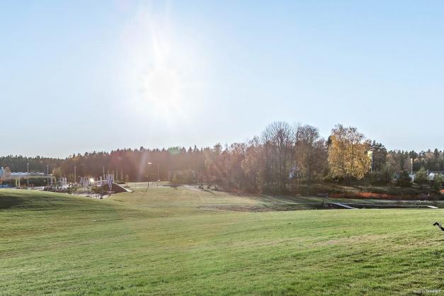 Utsikt över den stora fina Stadsparken i Hägerneholm.
