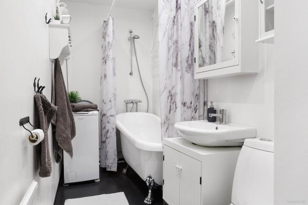 Fräscht badrum från 2015 med både badkar och tvättmaskin
