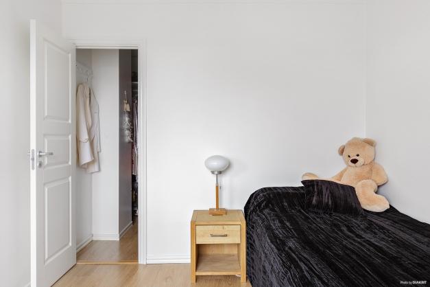 Från sovrummet har man tillgång till en rejäl klädkammare