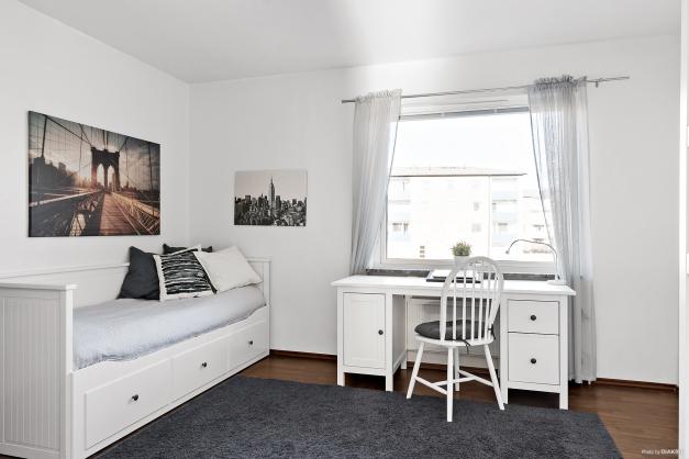 Det andra sovrummet är också stort. Rymmer enkelt säng, skrivbord med mera. Här finns även 3 garderober.