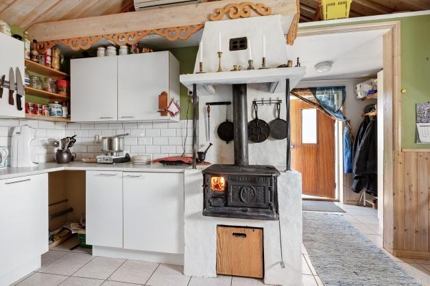 Vedspis värmer och används idag för matlagning