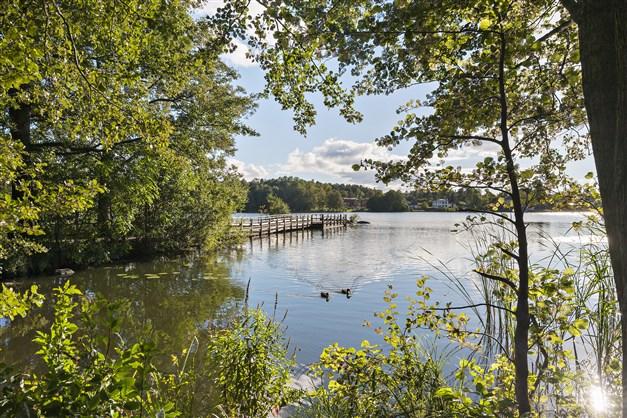 Vackra promenadvägar runt Långsjön