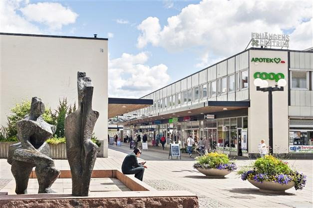 Fruängens centrum med affärer och T-bana