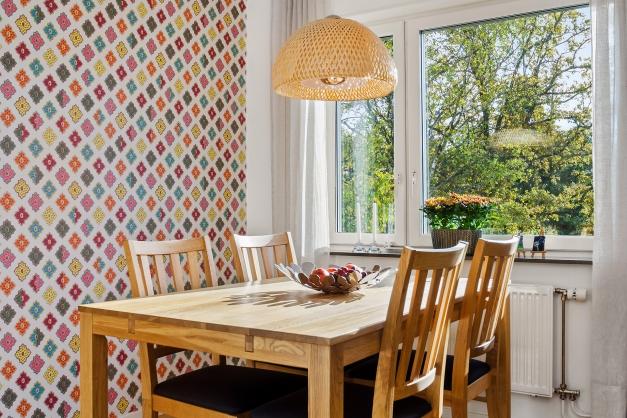 Kökets matplats invid fönster