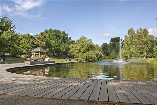 Den vackra dammen i Långbroparken