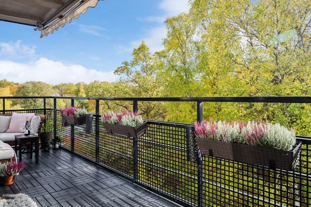 Härlig grönska möter utanför balkongen