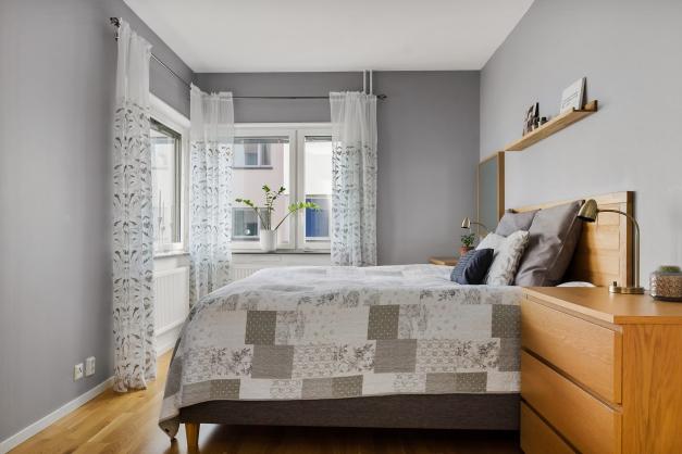 Rejält stort sovrum med fönster