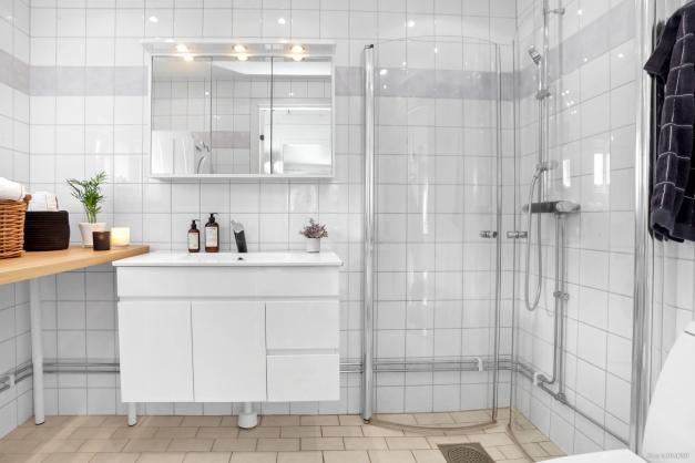 Helkaklat badrum med golvvärme