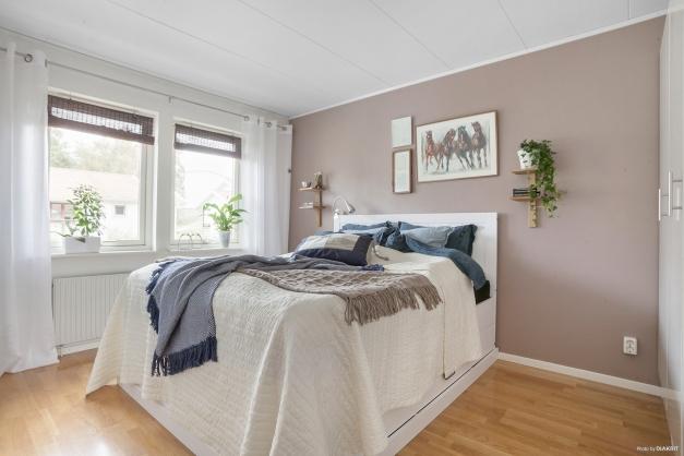 Sovrum med garderobsskåpsdel