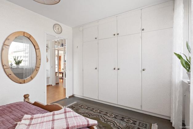 Sovrum 1 med garderobsförvaring
