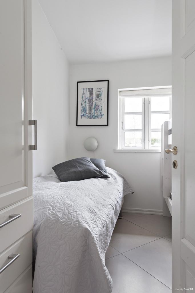 Sovrum med plats för enkelsäng samt våningssäng