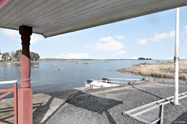 Nere vid havet finns en brygga. man har roterande system gällande båtplatserna så att man byter år från år. Rättvist och bra för alla