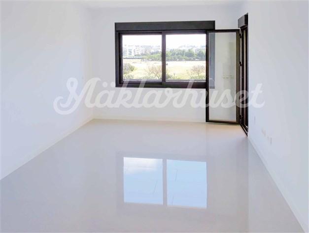 Lägenheterna är försedda med ljusa golv och vitmålade väggar