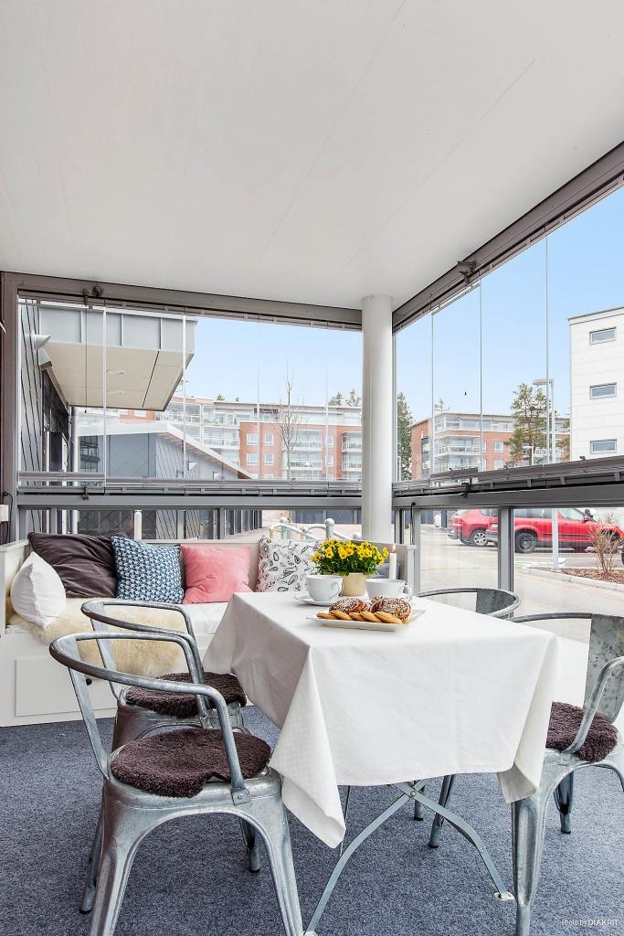 Stor balkong på 12 kvadratmeter med utgång från kök/vardagsrum.