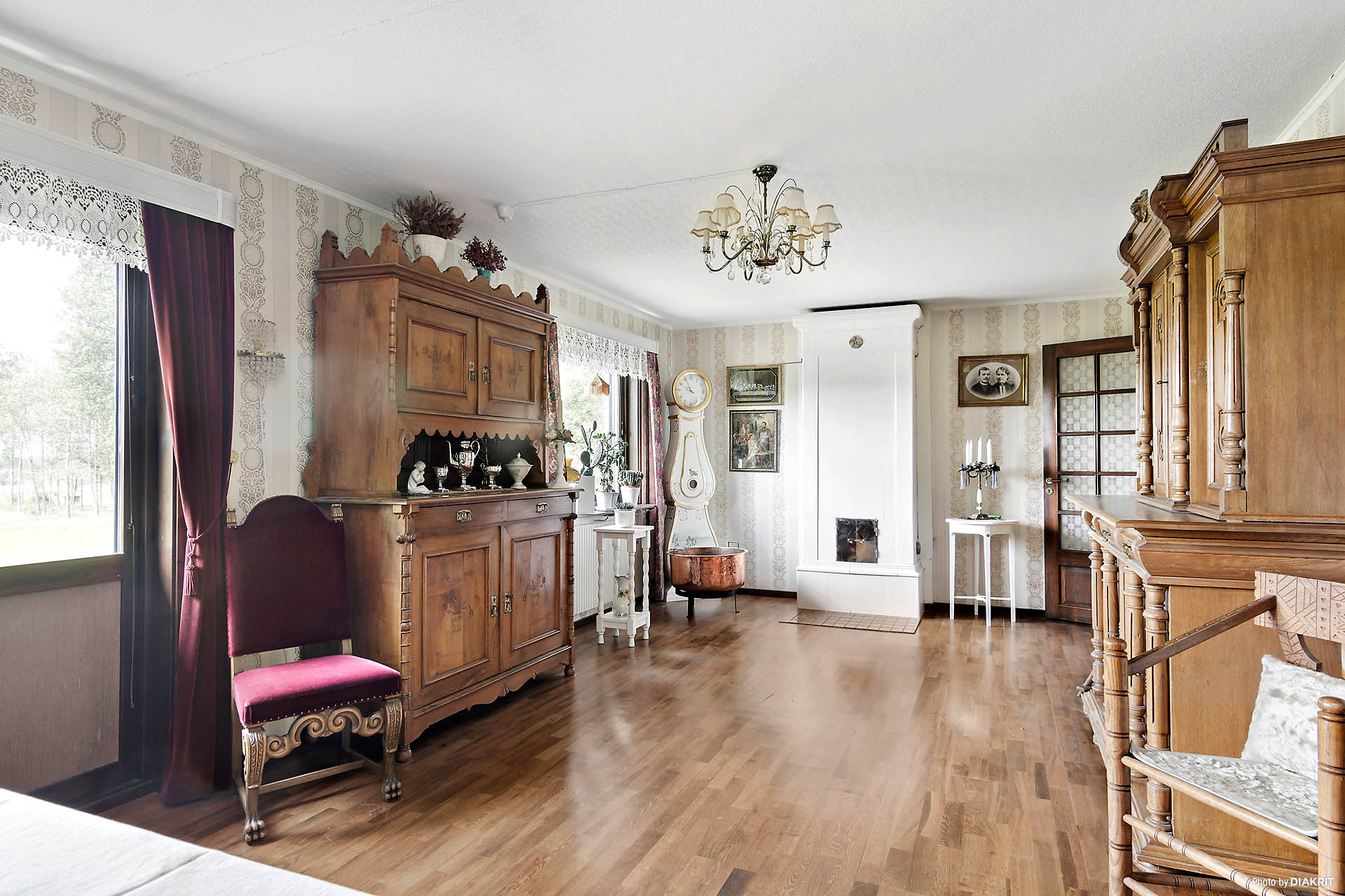 Ljus vardagsrum med fin kakelugn