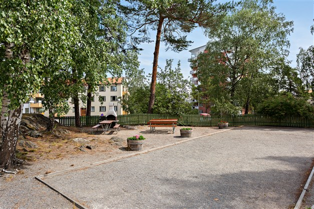 Föreningens egen boulebana på innergården