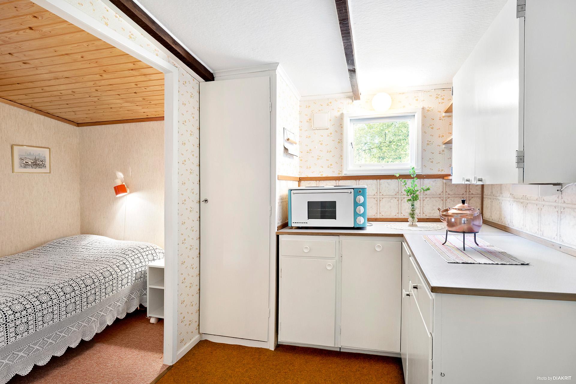 Kök och sovrum i gästhuset