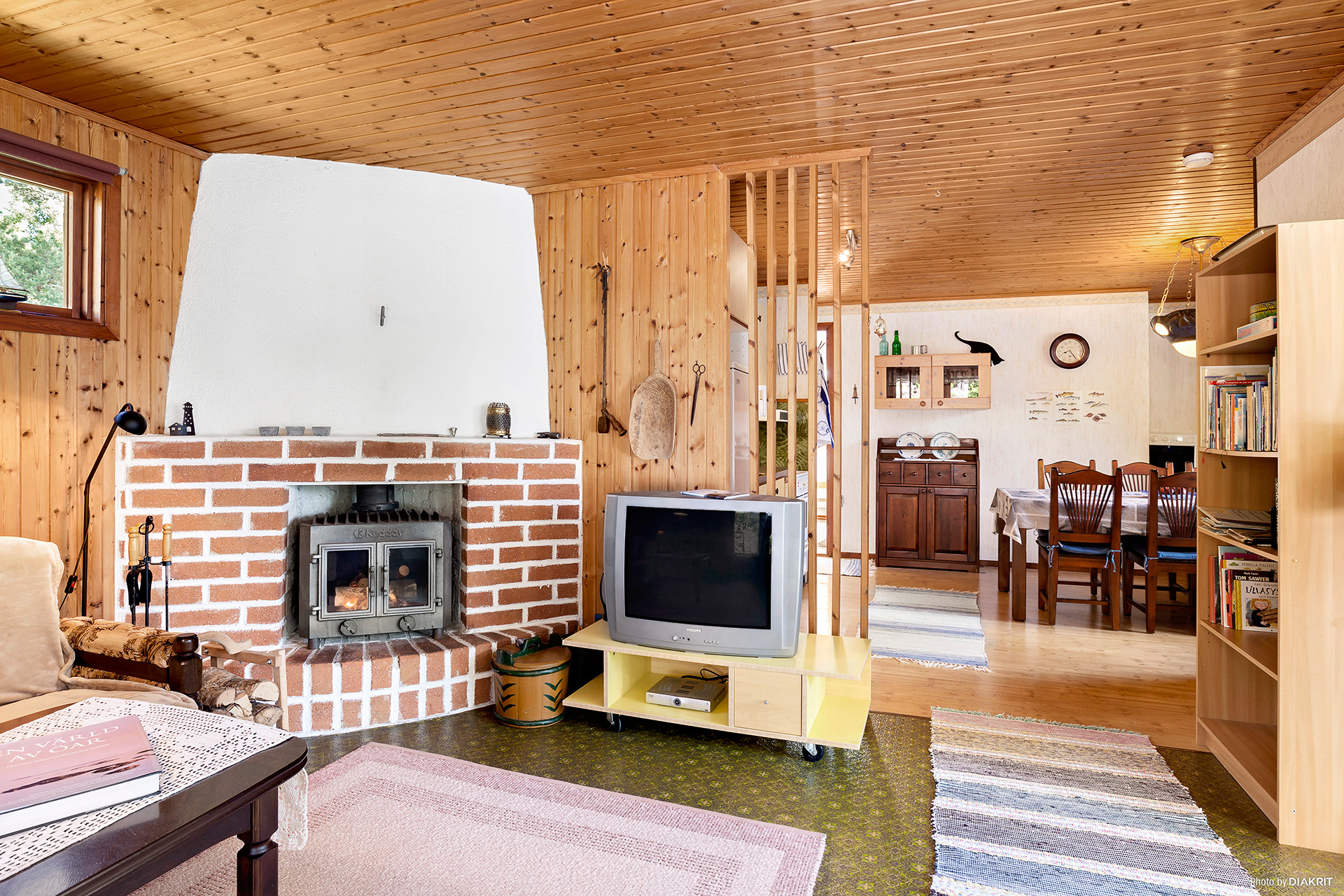 Sällskapsrum med vacker murstock och braskamin