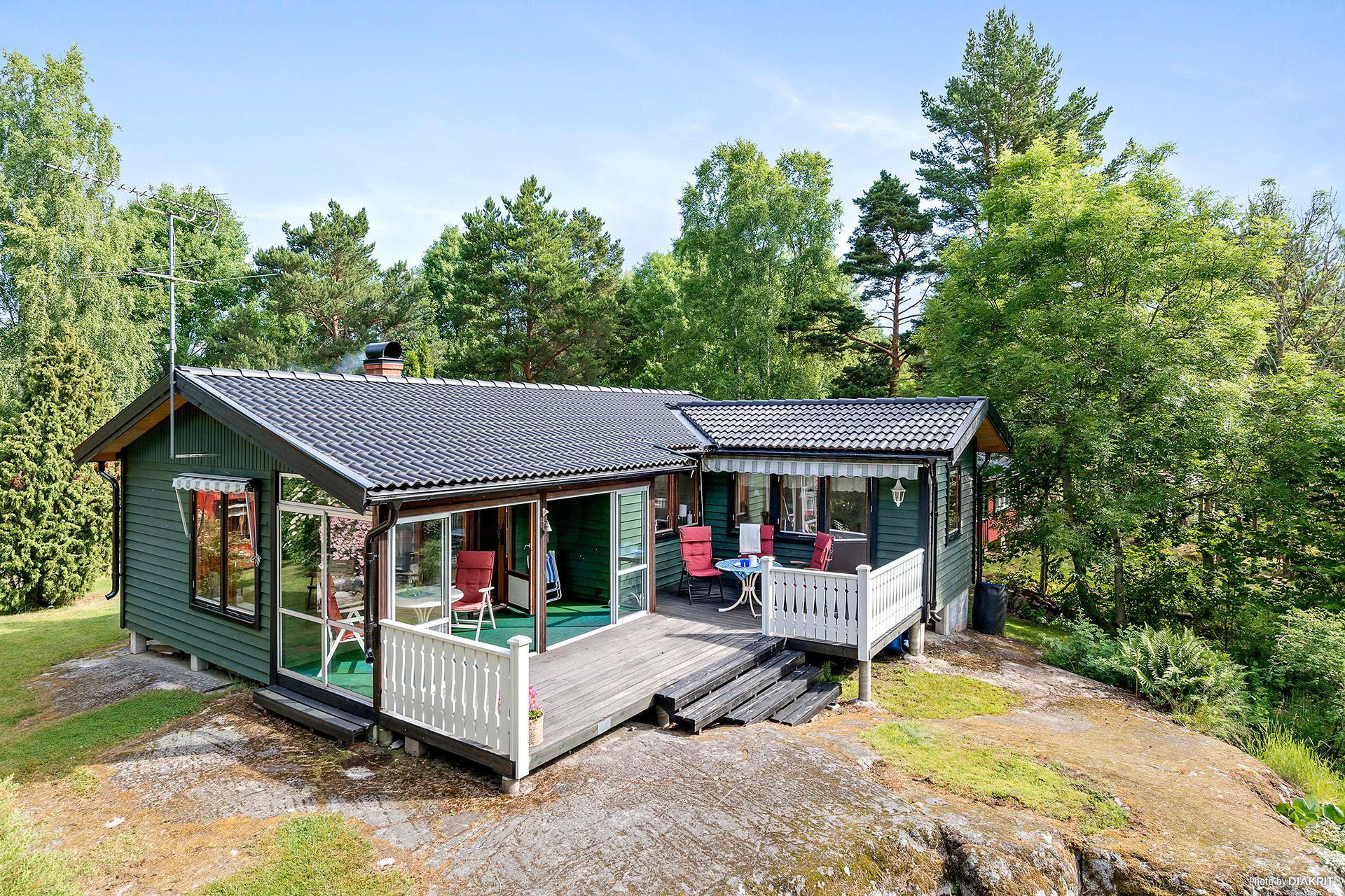 Välskött hus på högt belägen naturtomt ute på populära Löparö