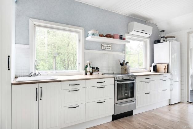 Ljust kök med stora fönster