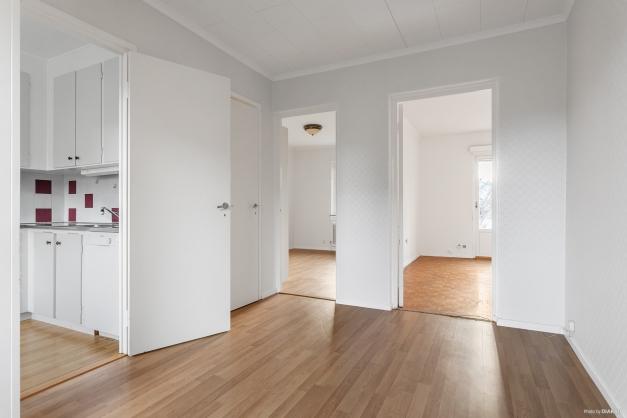 Matrum med klädkammare samt ingång kök, sovrum och vardagsrum